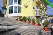 Фото двора дома Регина в Курортном